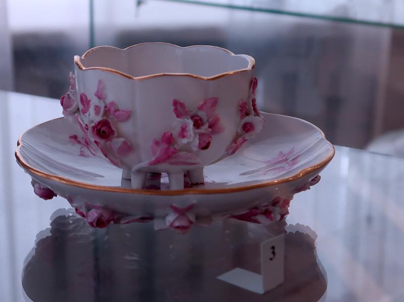 Чашка чайная с блюдцем. 1740-1745. Королевство Саксония. Фарфор; золочение, лепка, роспись подглазурная.