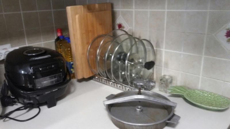 У сковороды две крышки - одна обычная, а вот эту крышку завинчивают с помощью пресса