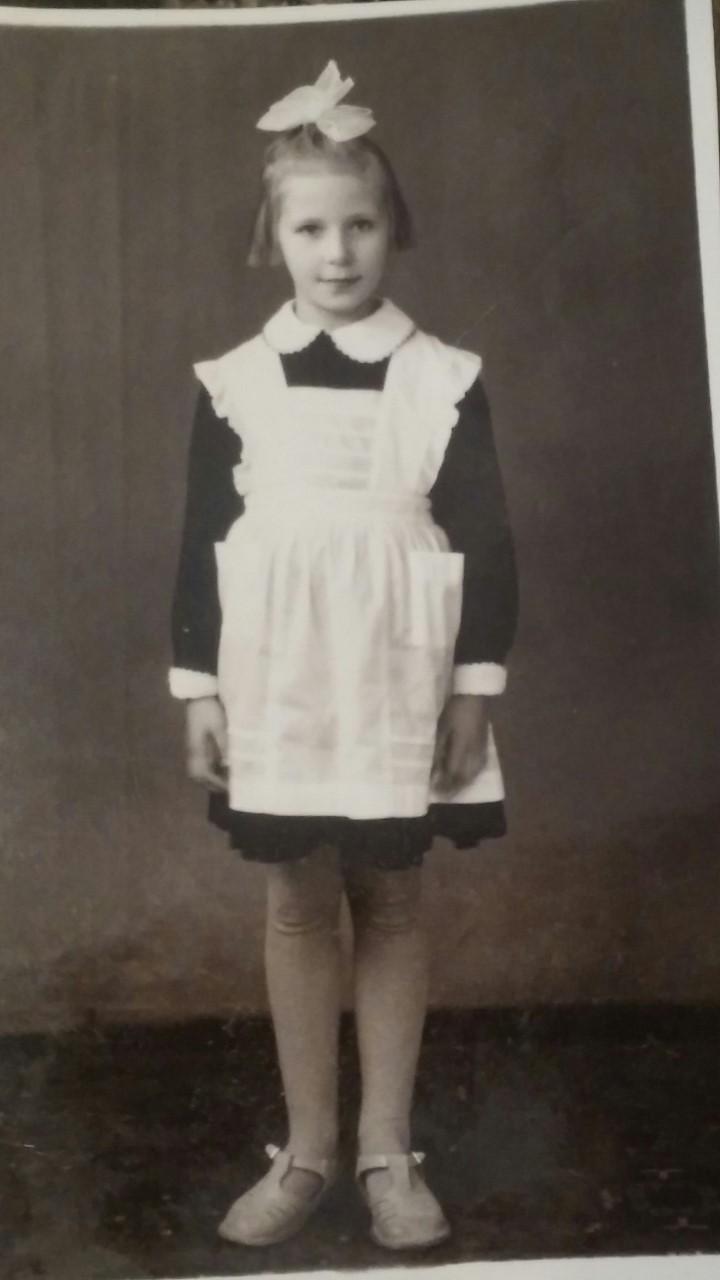 Казань. Это я уже в первом классе. Девочка-отличница. Та же дурацкая стрижка.