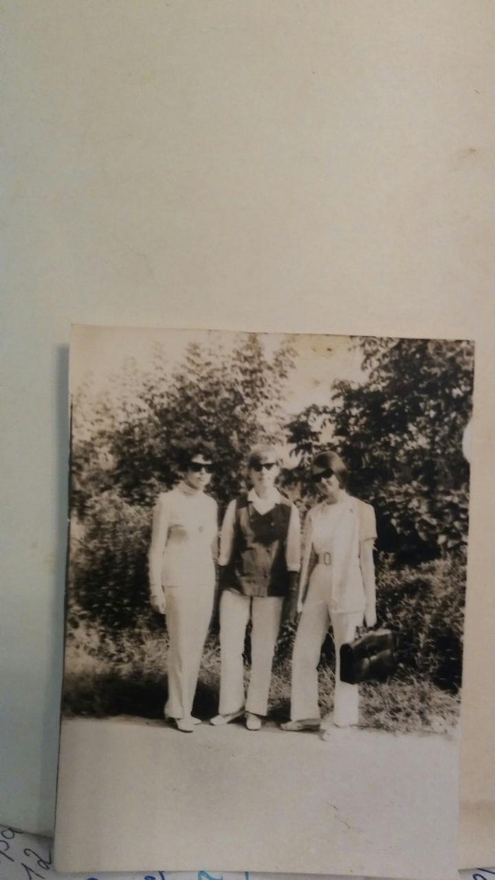 Это уже десятый класс. Тогда самый писк моды были белые брюки, их мне сшила бабушка. И еще черные очки. Ой, как нас за них гнобили в школе и не только. Я в центре
