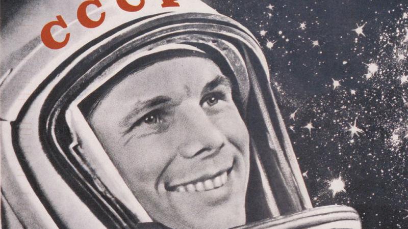 А еще и зубы белые и ровные, хотя, может, космонавтам тогда сделали искусственные зубы