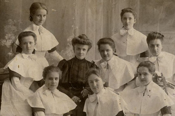 Вот эта девушка, в самом нижнем ряду, слева, довольно похожа на мою бабу Симу