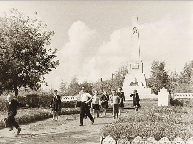 обелиск в сквере Фомченко