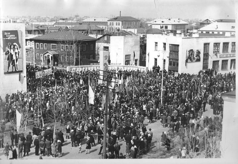 Фото  выполнено  9  мая  1965  года  на  ул.  Ленина  в  период  проведения  митинга  по  случаю  открытия  памятной  стелы