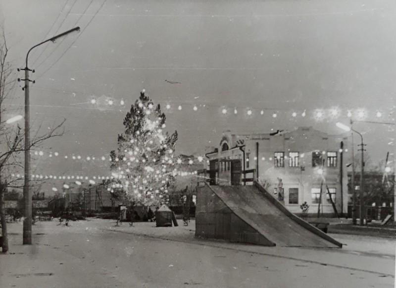 Центральная площадь города Славгорода в новогодние дни 1972 года.