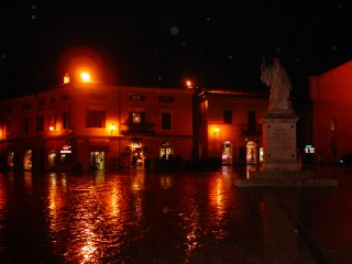 Norcia, una seraq di novembre con la pioggia