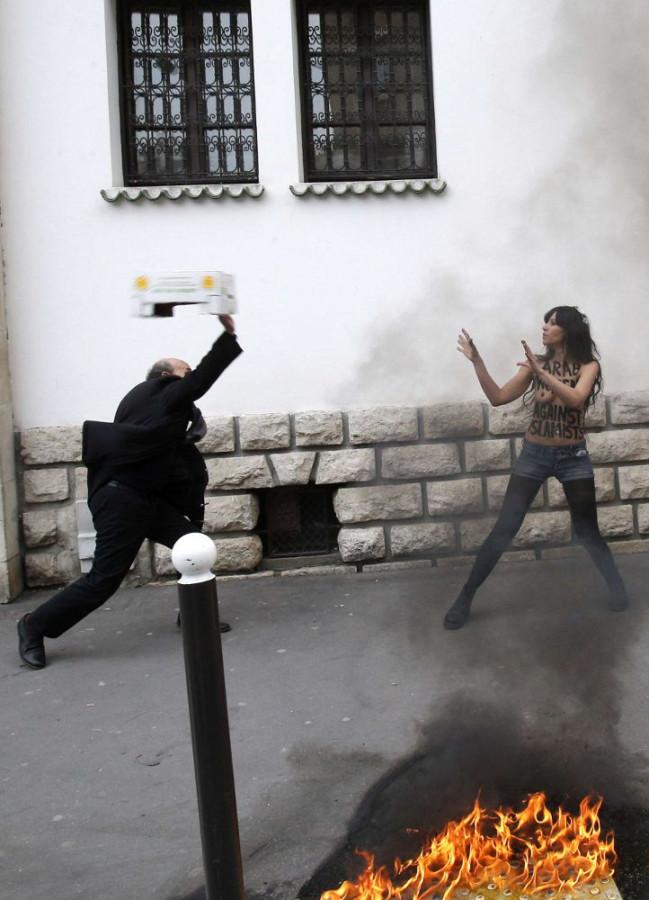 femen_mosquee_paris_caisse_0