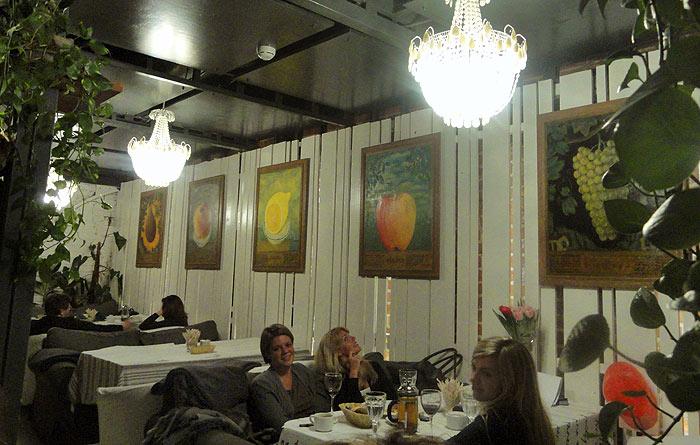 Фрукты в кафе Август