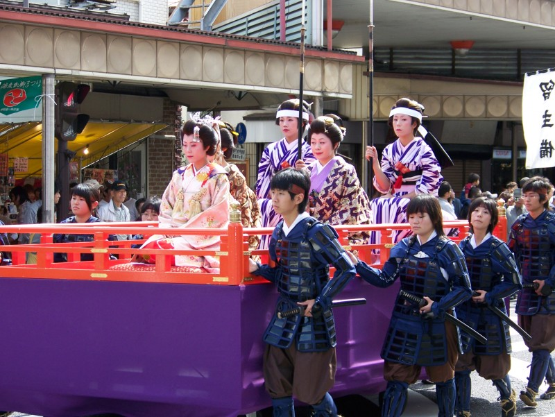 Young_ladies_and_warriors_in_2006_Aizu_parade