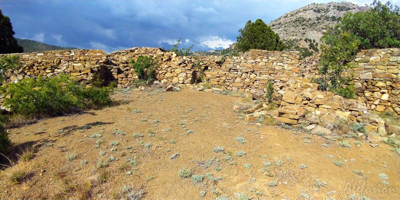 Крепостные стены, вид на горы.