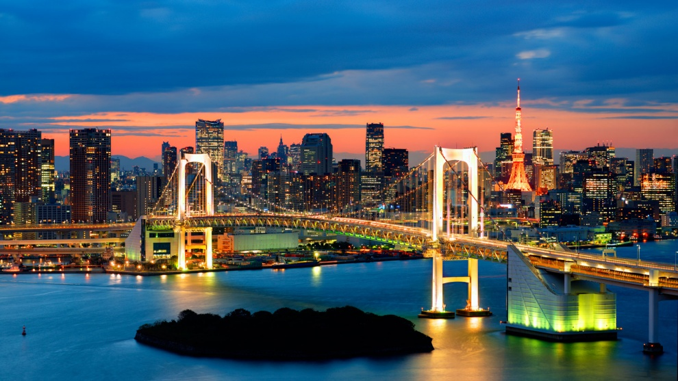 8259210-R3L8T8D-990-Rainbow-Bridge-Spanning-Tokyo-Bay-With-Tokyo-Tower-Visible-In-The-Background-Japan-Twilight1