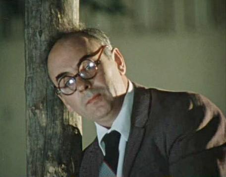 """Anatoly Ravikovich as Khobotov in comedy """"Pokrovskie Gates"""" (1982)"""