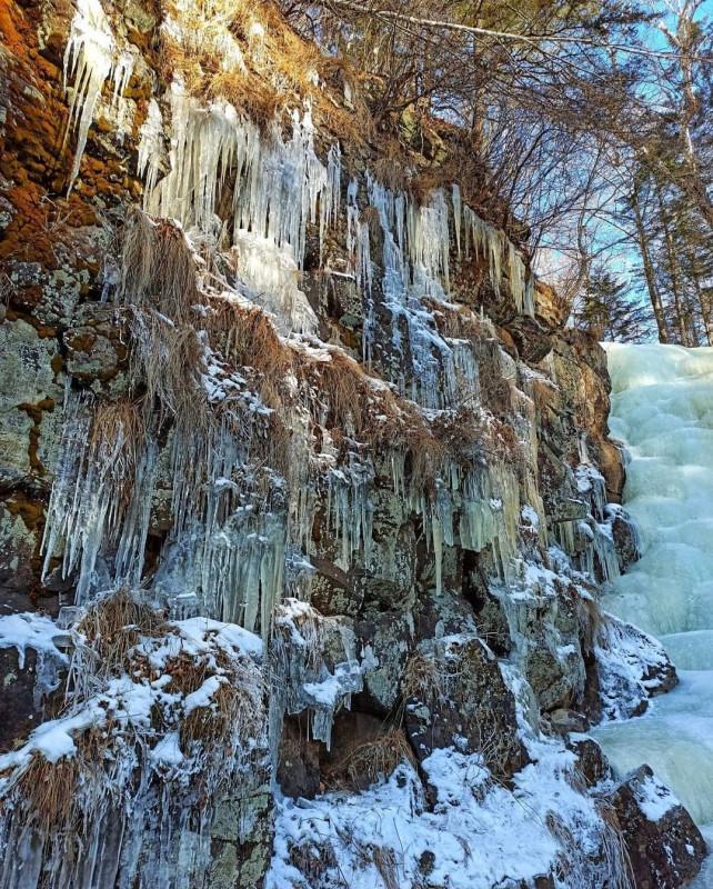 Застывший водопад в приморском лесу 3