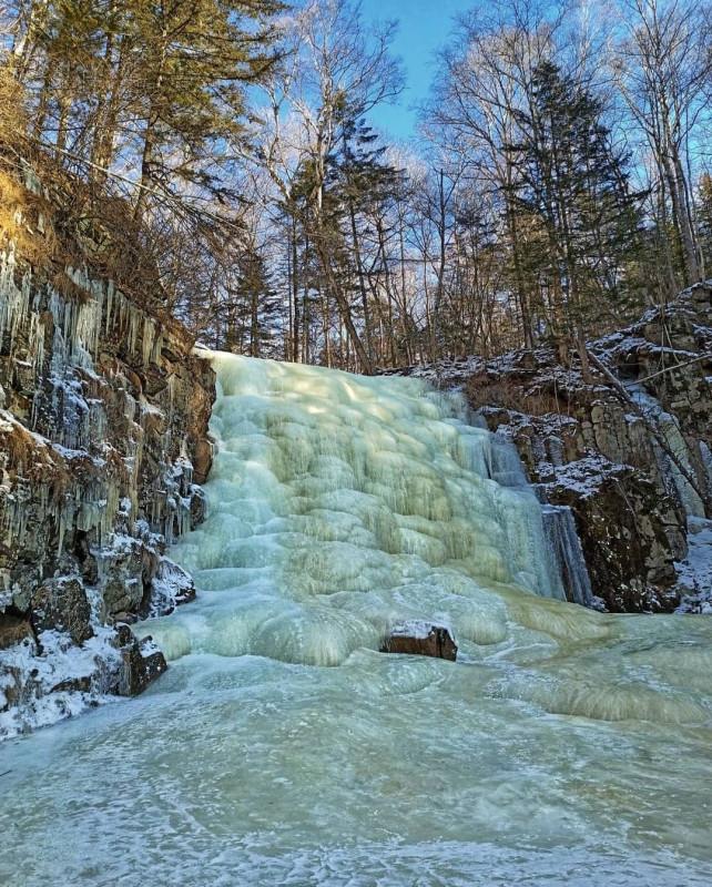 Застывший водопад в приморском лесу 4