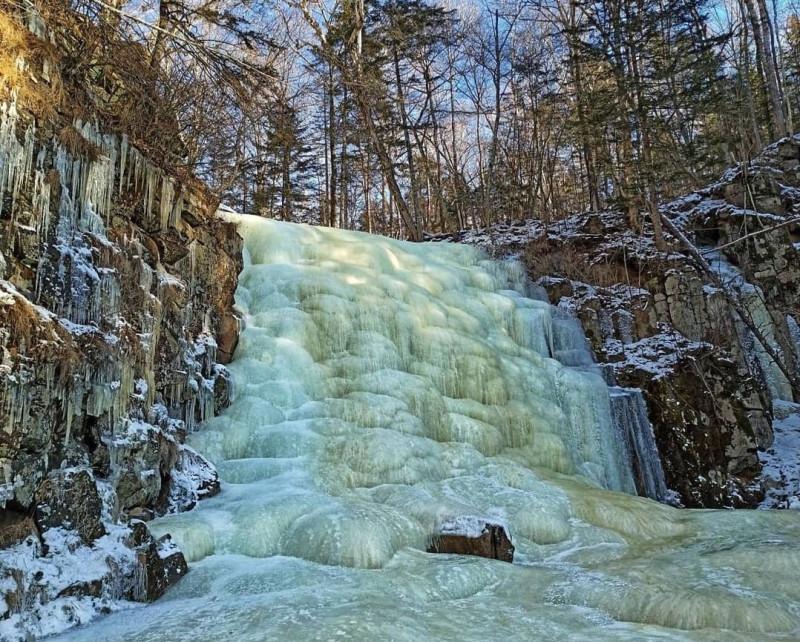 Застывший водопад в приморском лесу 0