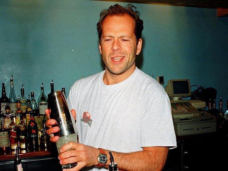 Брюс Уиллис бармен.jpg