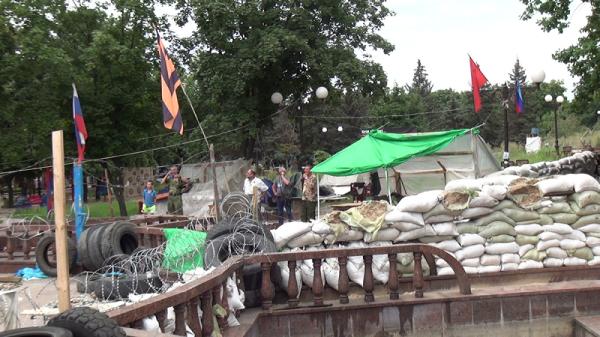 Баррикады перед зданием СБУ Луганск 20140803_lugansk5