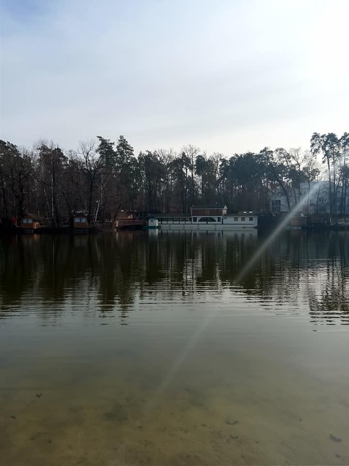 """Ворзельское озеро. Вид на ресторан """"Шкипер"""". Слева (домики)-остров """"Барбекю"""""""