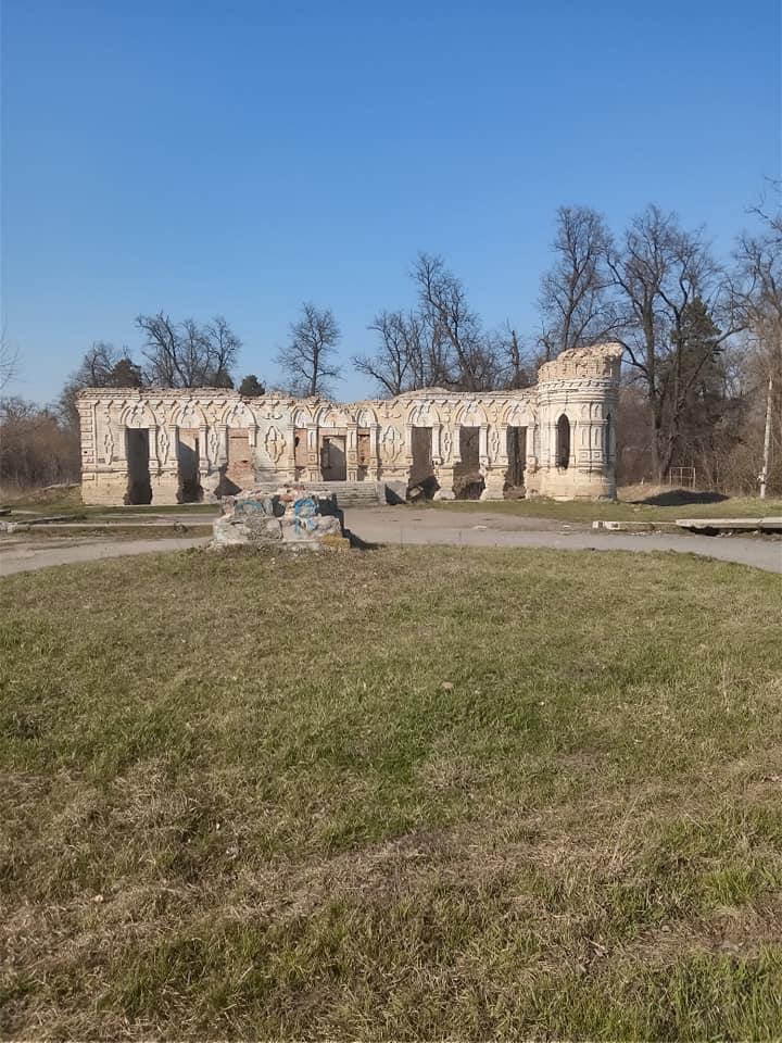 с. Мироцкое. Развалины усадьбы –дворца Остен-Сакенов