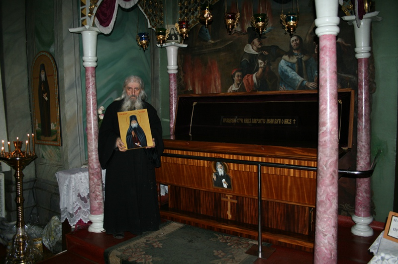 о.Херувим у мощей своего духовного учителя преп.Лаврентия Черниговского