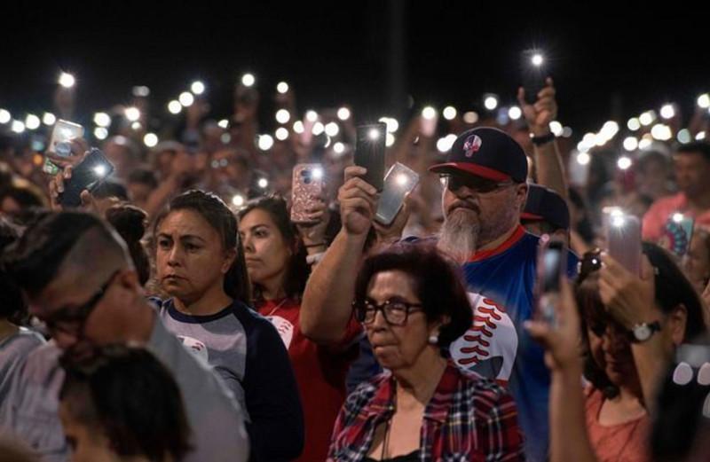 Фото: Getty Images (молотвенно свечное бдение в Эль-Пасо)