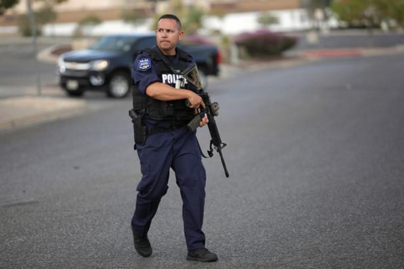 Фото: REUTERS (полицейский на месте массовой стрельбы)