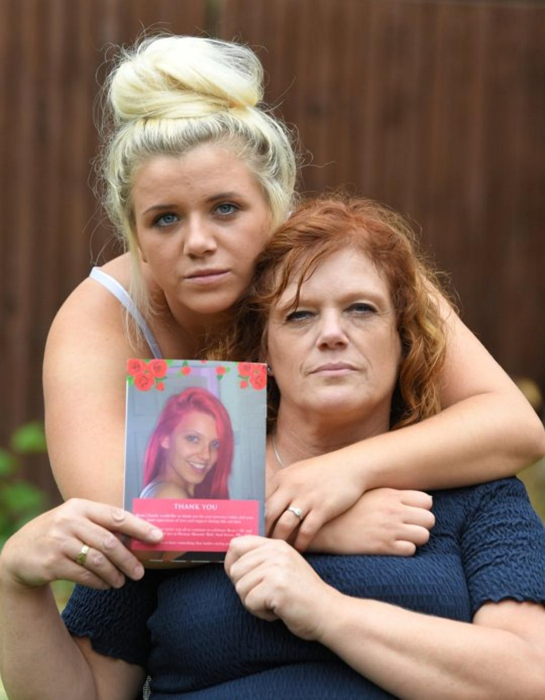 Фото: EP / SWNS / сестра и мать убитой Рози Дарбишир /