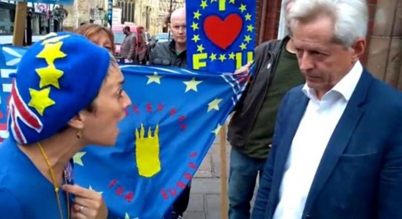 Фото: SWNS /Джини Мосс, преподаватель французского языка, противостоит члену парламента Глостера Ричарду Грэму /