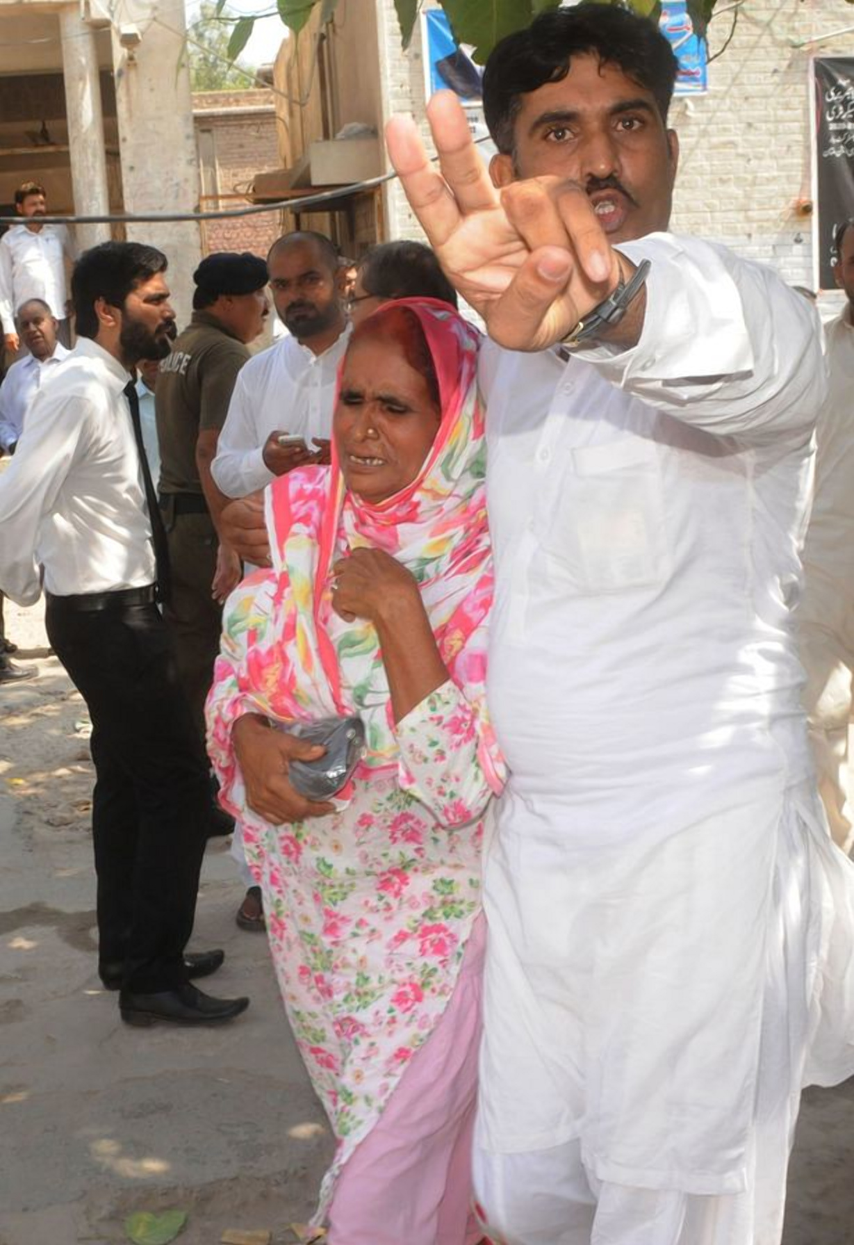 Фото: FAISAL KAREEM /EPA / Мать жертвы убийства и её брат-убийца реагируют после вынесения приговора /