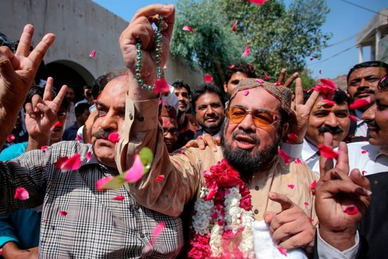 Фото: AFP / Getty Images / Муфтий Абдул Кави, священнослужитель, который был подозреваемым в этом убийстве - оправдан. Сторонники засыпают его лепестками роз /