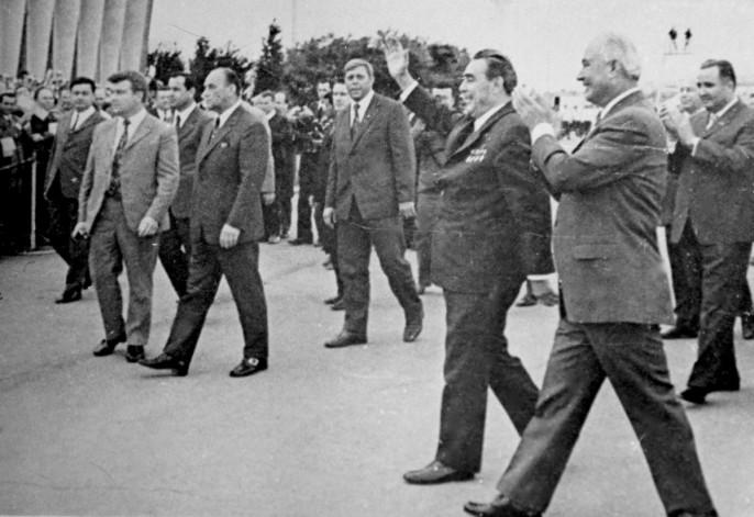 На фото: 23 марта 1982 года. Л.И.Брежнев и Ш.Р.Рашидов на Ташкентском авиазаводе