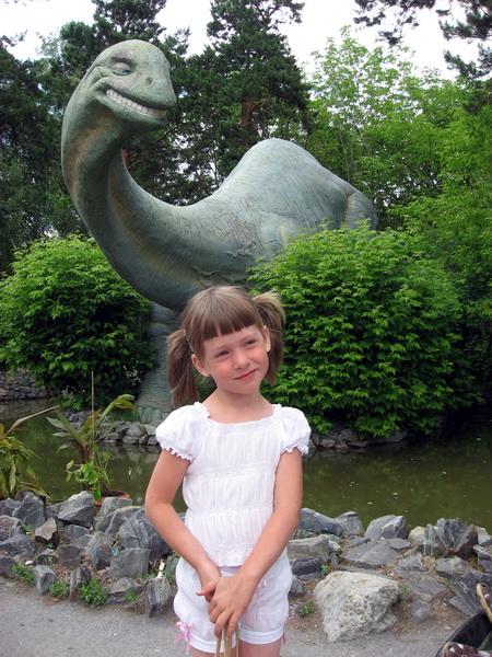 Динозавр, глядящий на млекопитающее