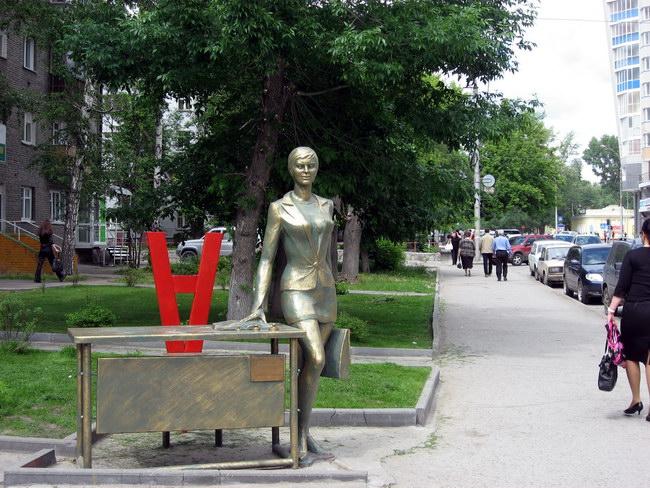 Памятник офисному работнику