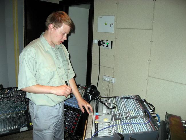 Видите, как Дима стоит перед пультом и думает, какую бы ему музыкальную передачу снять?