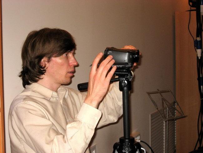Сергей показывает, с какой стороны оператор должен смотреть в камеру.