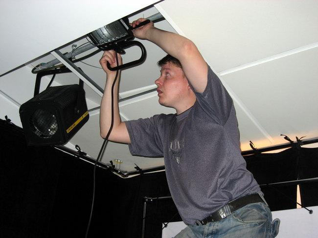 Дима лазает по потолку, устанавливая освещение