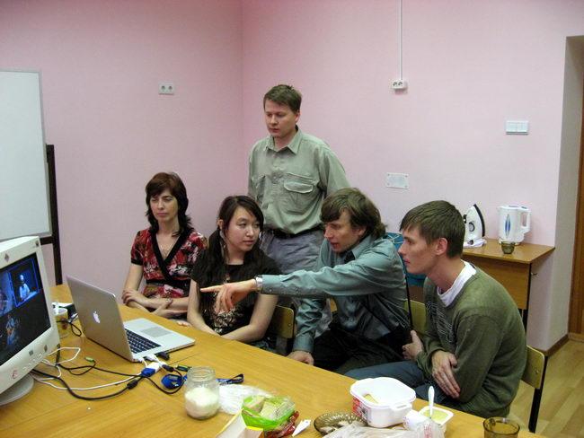 Сергей излагает теорию, тыкая в нее пальцем
