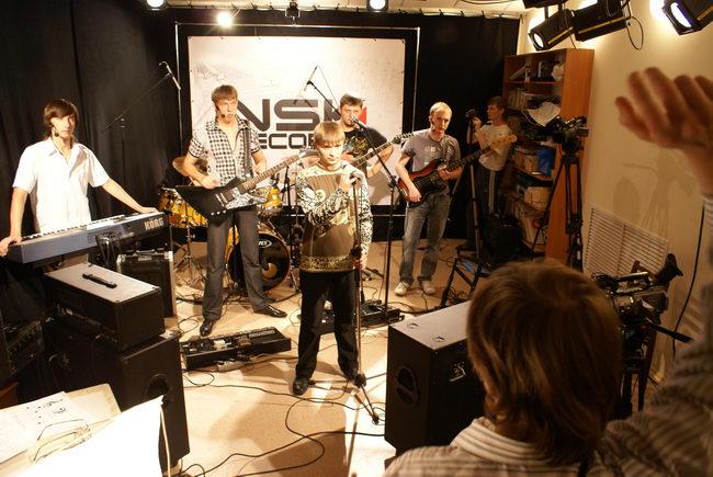 Сергей машет на музыкантов руками