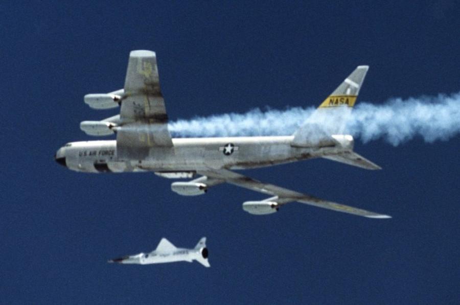 1024px-B-52B_with_X43