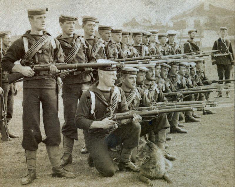 4 Десантный отряд из британских моряков, вооруженный винтовками Ли-Метфорд British Marines from the HMS Alacrity in China with Lee-Metford rifles (19…