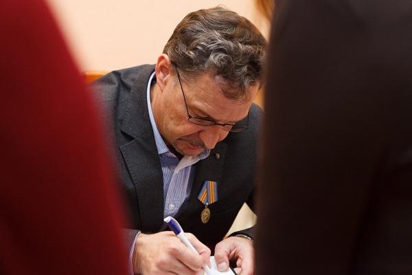подписываю с медалью