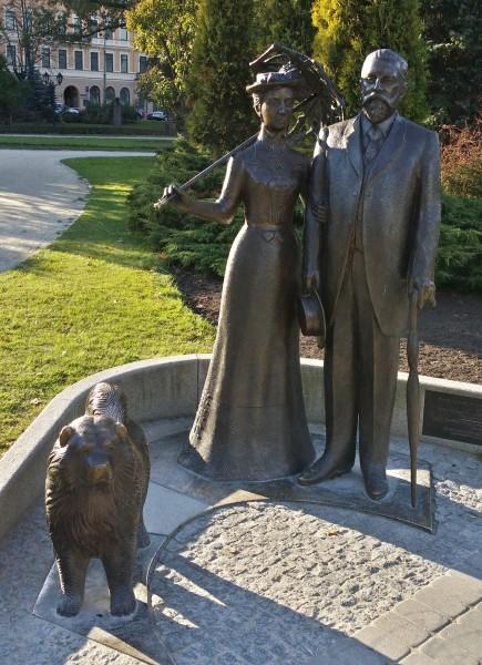 Памятник мэру Риги с женой и собакой
