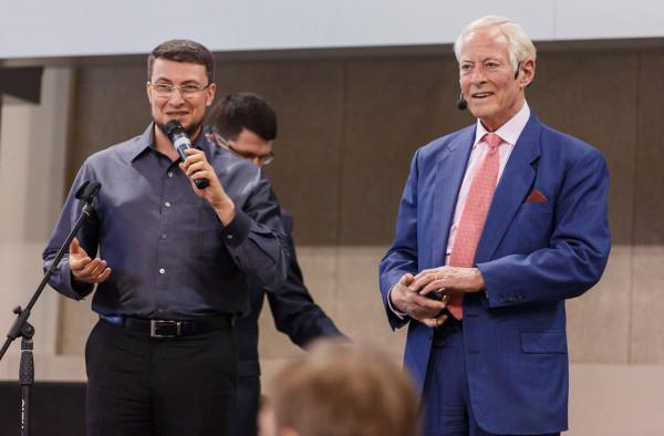 Александр Левитас и Брайан Трейси на сцене