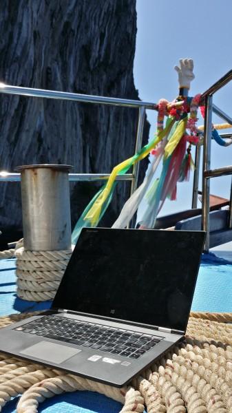 Моё рабочее место - на носу дайв-бота у острова Пхи Пхи Дон