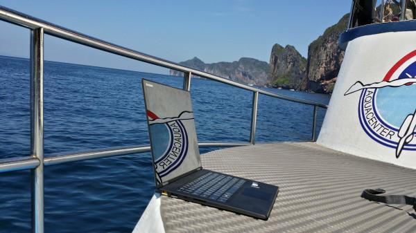 Моё рабочее место - на борту дайв-бота близ острова Пхи-Пхи Дон