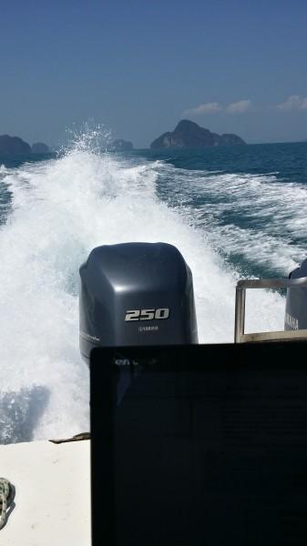 Моё рабочее место - на борту скоростного катамарана, идущего на остров Бамбука