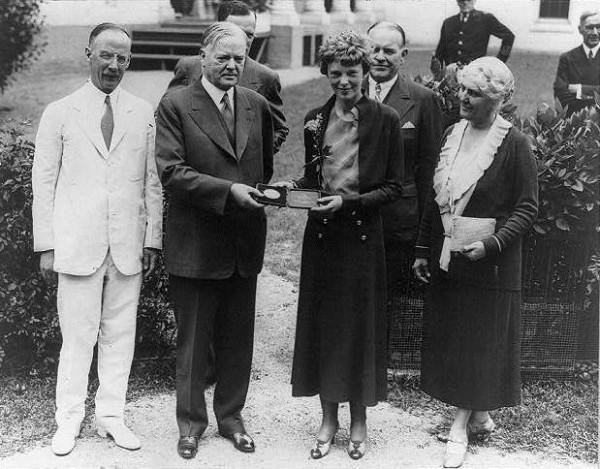 Президент Герберт Гувер вручает АЭ Золотую Медаль Национального Географического Общества, 1932 год