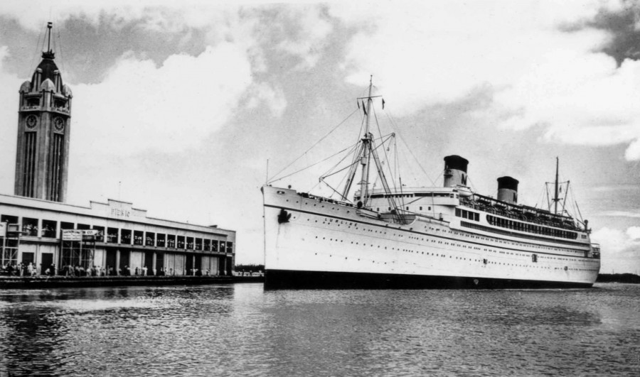 The Matson Lines passenger liner SS Lurline approaching Pier 10 at Honolulu in the 1930s. Note Aloha Tower in the background
