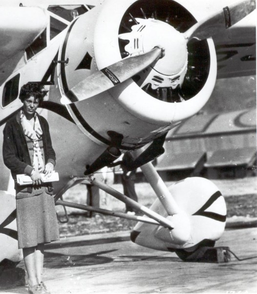 Осень 1929 - АЭ возле переоборудованного самолета Вега на котором она установила рекорд скорости
