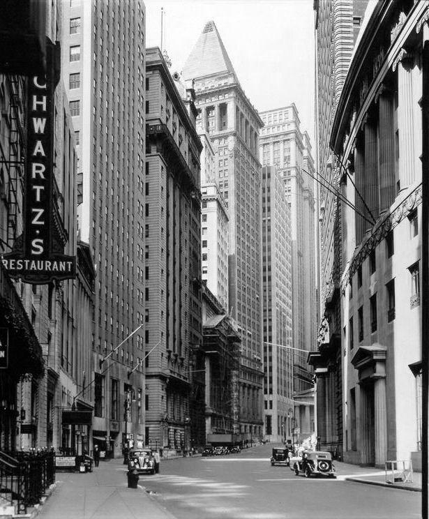 Нью-Йорк. 16 июля 1936г. Вид на Броуд Стрит по направлению к Уолл Стрит. Автор - Беренайс Эббот